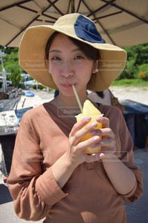 沖縄の屋台でスムージーを飲む女性の写真・画像素材[1527897]