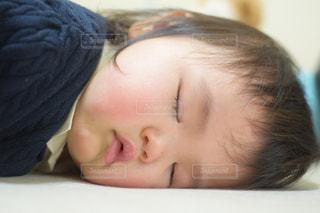 カーペットの上で眠る赤ちゃんの写真・画像素材[1527937]