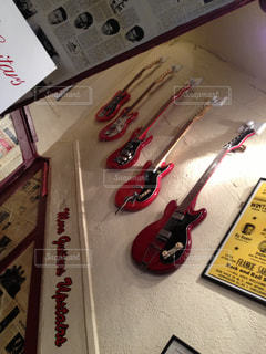 階段に並ぶギター - No.967667