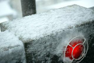 雪に覆われた赤いランプ - No.972080