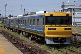 黄色い列車下り列車を追跡します。の写真・画像素材[973731]