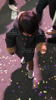 小さな子供がカメラを見てください。の写真・画像素材[971669]