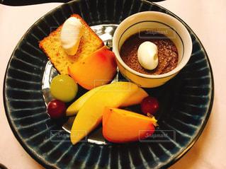 皿の上のフルーツの写真・画像素材[968032]