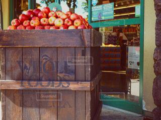 木製テーブルの上にオレンジの束が積み上げの写真・画像素材[967927]