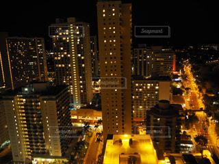 夜のライトアップされた街の写真・画像素材[975099]
