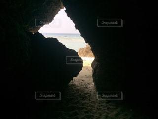 沖縄県瀬底島 瀬底ビーチの洞窟からの海の写真・画像素材[1046733]