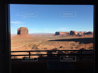 The VIEW Hotel 128号室窓からのモニュメントバレーの写真・画像素材[1055363]