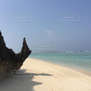 瀬底ビーチかたつむり岩の青空の写真・画像素材[1096936]