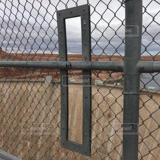 アメリカアリゾナ州レイクパウエルとグレンキャニオンのの橋にある展望用と穴の写真・画像素材[1097548]