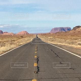 アメリカアリゾナ州モニュメントバレー付近の道路の写真・画像素材[1097723]