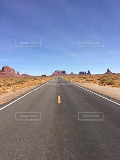 アメリカアリゾナ州モニュメントバレー付近の一本道の写真・画像素材[1098301]