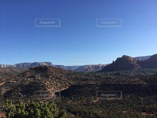 アメリカアリゾナ州セドナ カセドラルロックトレイル途中からの眺めの写真・画像素材[1099830]