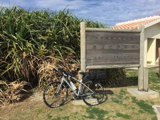 沖縄県喜屋武岬 喜屋武岬の看板前の自転車の写真・画像素材[1105637]