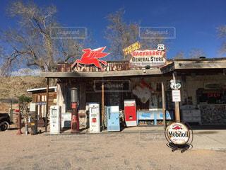 店の前に停まっているバイクの写真・画像素材[1113973]