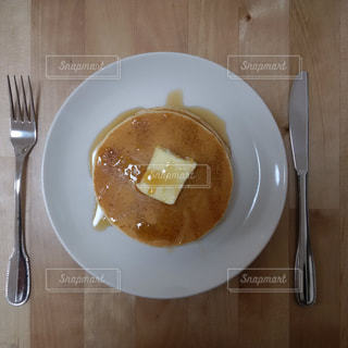 ナイフとフォークと木製のテーブルの上のパンケーキの写真・画像素材[969638]