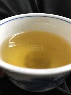 湯呑みに入った玄米茶の写真・画像素材[970107]