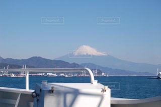 船の甲板から見た富士山の写真・画像素材[976141]