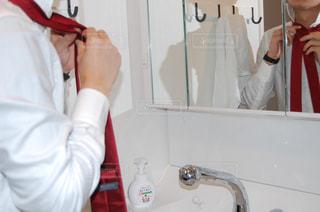 鏡の前でネクタイを締める男 - No.989988