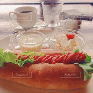 カフェのホットドッグセットの写真・画像素材[4105386]
