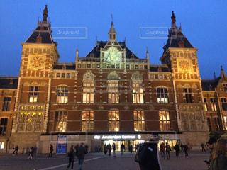 夜のアムステルダム中央駅の写真・画像素材[983816]