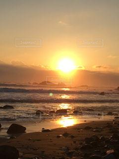 ビーチに沈む夕日 - No.969283
