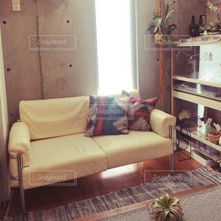 リビングルームの茶色の革張りのソファの写真・画像素材[2269752]