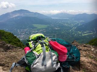 山の中腹に座ってバックパックの写真・画像素材[969963]