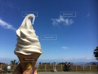 頂上で味わうソフトクリームの写真・画像素材[969974]