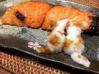 鮭を食べたいニャンコたちの写真・画像素材[971940]