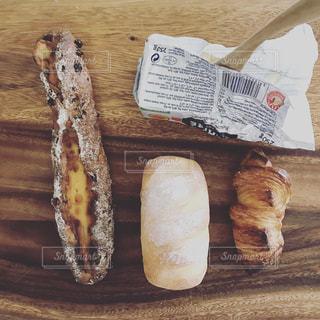 ウッドボードに並んだパンの写真・画像素材[970652]