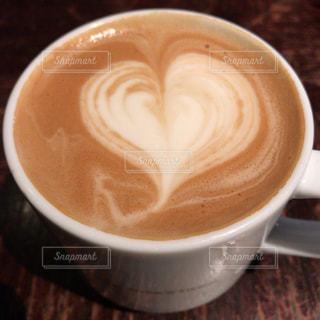テーブルの上のコーヒー カップの写真・画像素材[859577]