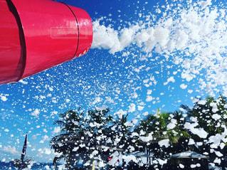 赤白と青の傘の写真・画像素材[970837]