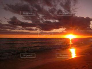 水の体に沈む夕日の写真・画像素材[970728]