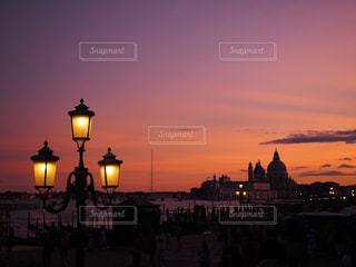 街に沈む夕日の写真・画像素材[970475]