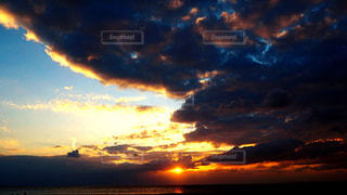 水平線に沈む夕日の写真・画像素材[1008947]
