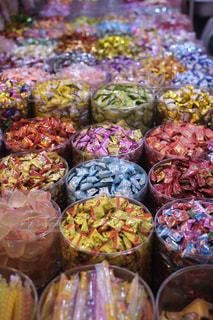 食品のさまざまな種類のガラスの陳列ケースの写真・画像素材[970443]