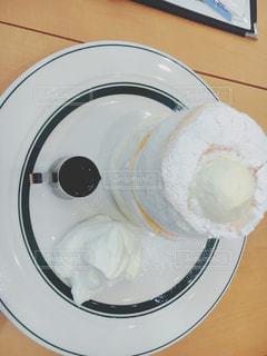 白い皿の上のコーヒー カップ - No.970526