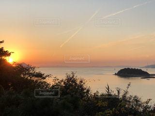 水の体に沈む夕日の写真・画像素材[970563]