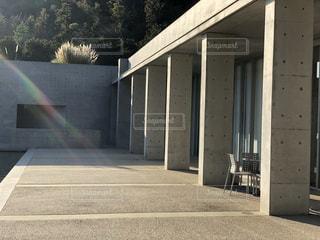 建物の側にベンチの写真・画像素材[970564]