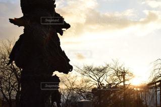 日没の前に立っている人の写真・画像素材[970596]