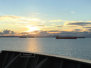 近くに水の体の横にボートのアップの写真・画像素材[974427]