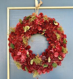赤い木の実のクリスマスリースの写真・画像素材[2741164]