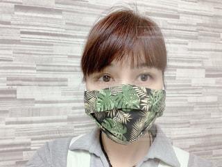 黒生地のハワイアン柄の手ぬぐいの3D立体マスクの写真・画像素材[3409349]