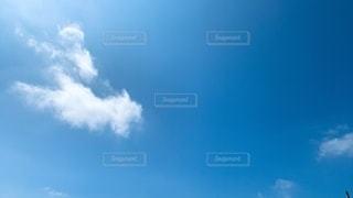 梅雨の時期の晴れた青空と雲の写真・画像素材[3456363]