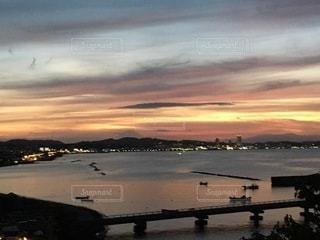 夕焼けの空と海の写真・画像素材[3504088]
