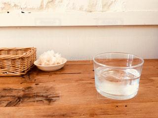 木製テーブルの上のガラスのコップの写真・画像素材[996246]