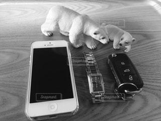 テーブルの上の携帯電話 - No.1011817