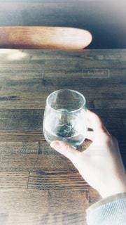 テーブルの上のグラスの写真・画像素材[1028293]
