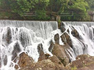 いくつかの水の上の大きな滝の写真・画像素材[1204920]