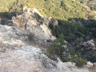 近くに岩が多い山のアップの写真・画像素材[970966]